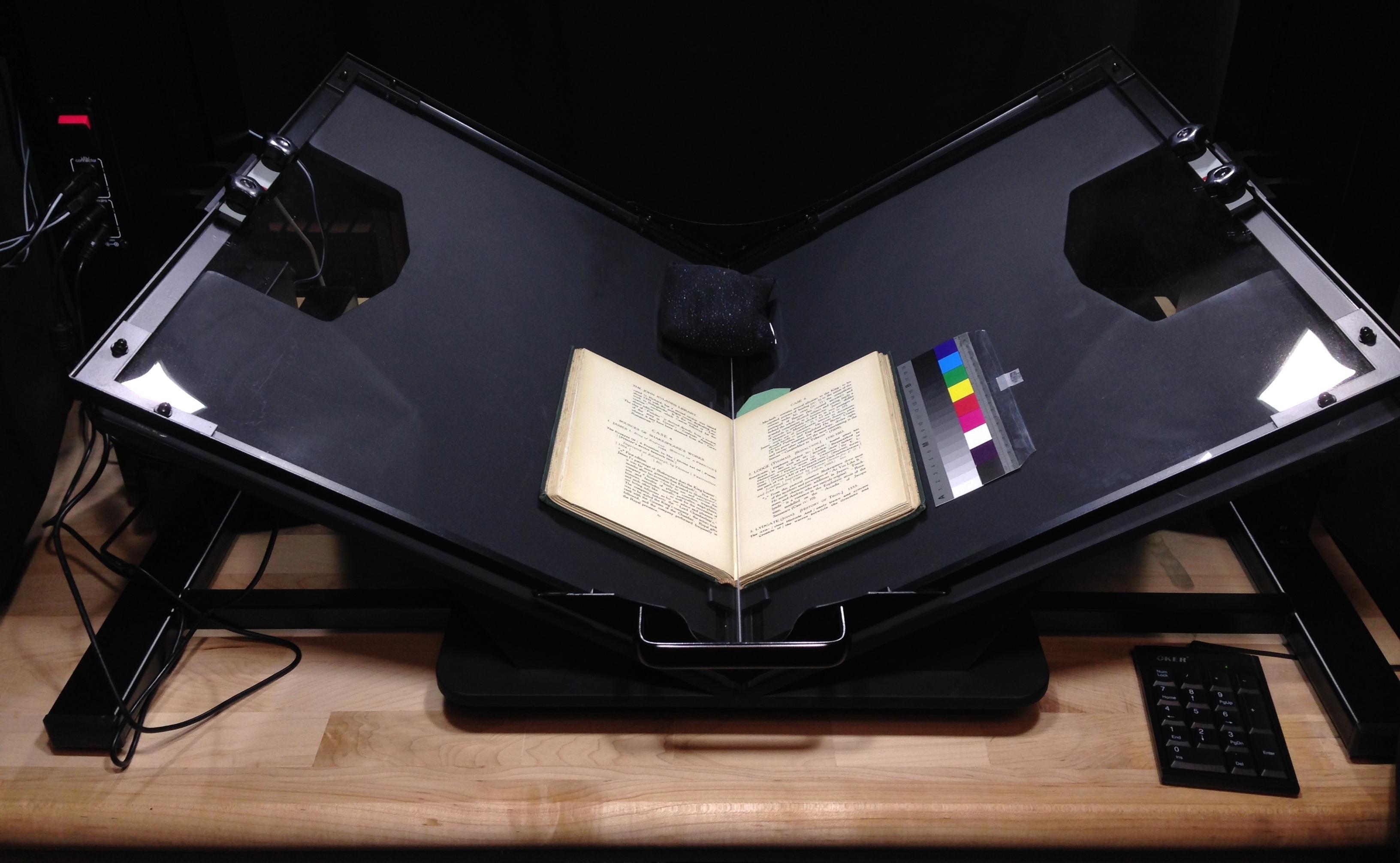 Сканирование книги с помощью огромного специализированного сканера